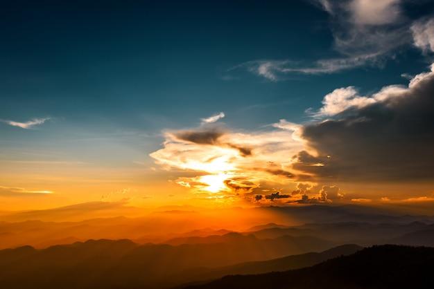 Paisagem majestosa das montanhas no céu do por do sol com nuvens, chiang mai, tailândia Foto Premium