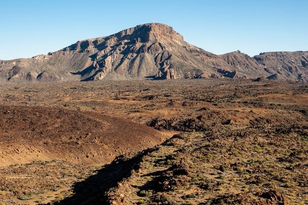 Paisagem montanhosa com céu claro Foto gratuita