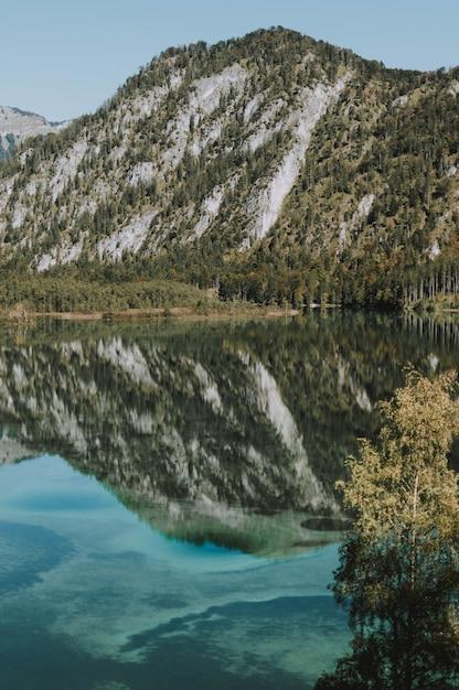 Paisagem montanhosa com um lago refletindo todo o cenário Foto gratuita