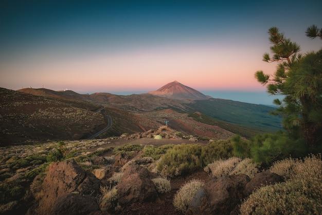 Paisagem montanhosa e mar de nuvens e céu azul Foto Premium