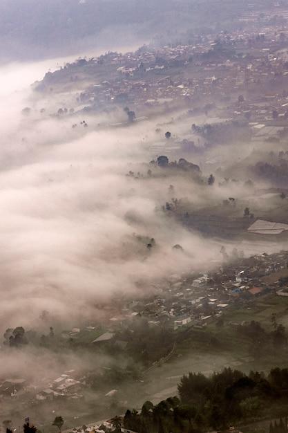 Paisagem nevoenta localizada em bandung, na indonésia Foto Premium