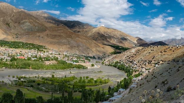 Paisagem no caminho da estrada de zanskar na faixa do himalaia Foto Premium