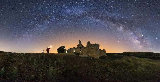 Paisagem noturna com a via láctea sobre um antigo castelo Foto Premium