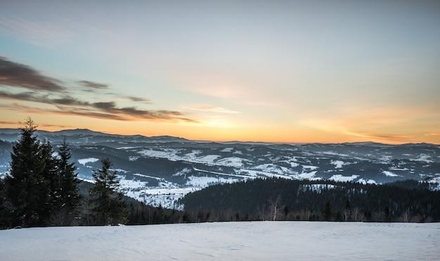 Paisagem pacífica no vale da montanha Foto Premium