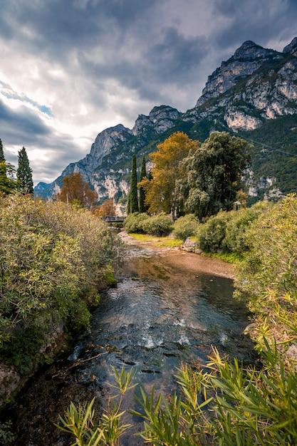 Paisagem panorâmica alpina cênica de montanha, céu azul, rio de fluxo Foto Premium