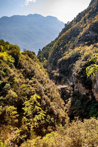 Paisagem panorâmica alpina da montanha, céu azul Foto Premium