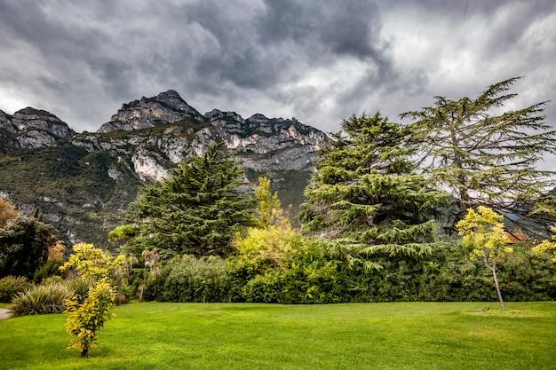 Paisagem panorâmica alpina da montanha, céu nublado azul Foto Premium