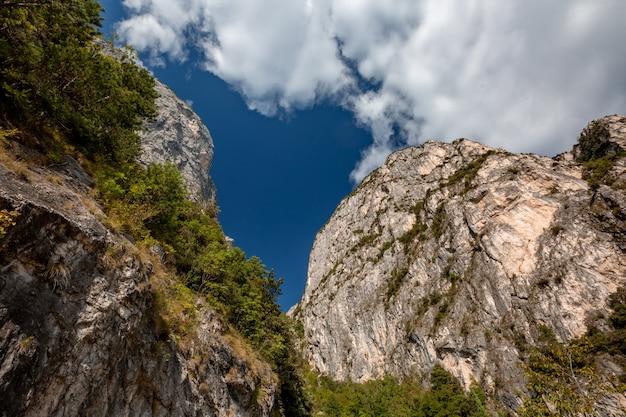Paisagem panorâmica alpina de montanha cênica, rochas cinzas, céu azul Foto Premium