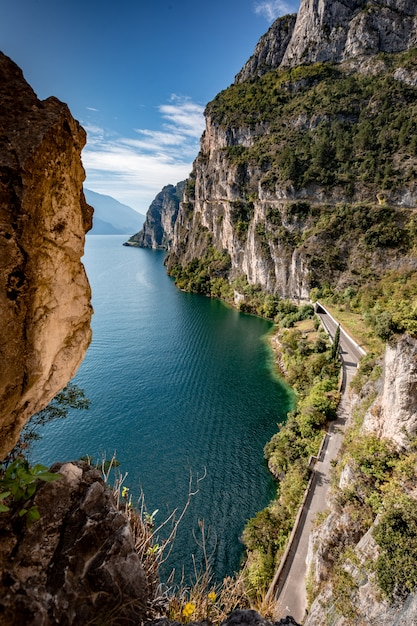 Paisagem panorâmica alpina de montanha, céu azul, litoral Foto Premium
