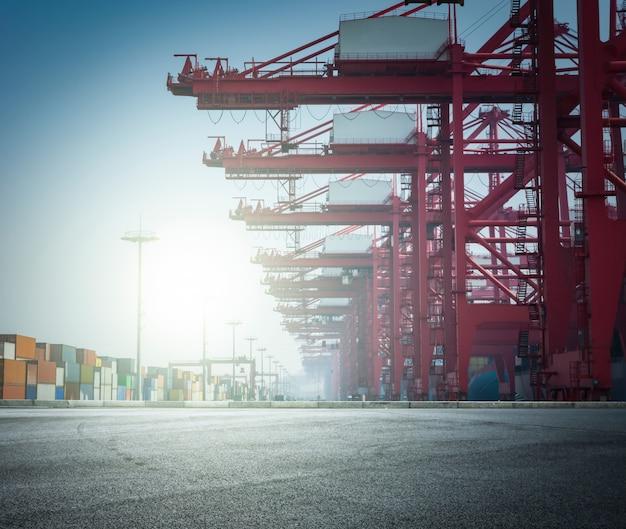 Paisagem porto com grandes estruturas Foto gratuita