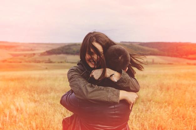 Paisagem retrato do jovem casal bonito elegante sensual e se divertindo ao ar livre Foto gratuita