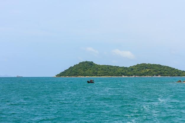 Paisagem tropical do mar e ilha Foto Premium