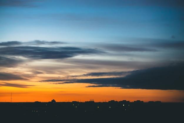 Paisagem urbana com maravilhoso amanhecer vívido lanxess. Foto Premium