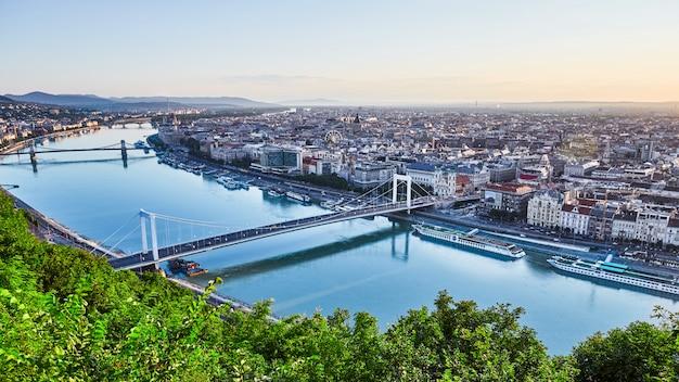 Paisagem urbana de budapeste e o rio danúbio com pontes Foto Premium
