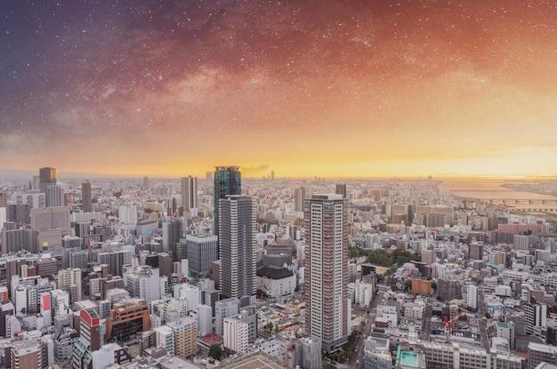 Paisagem urbana de osaka no nascer do sol com céu estrelado ao amanhecer Foto Premium