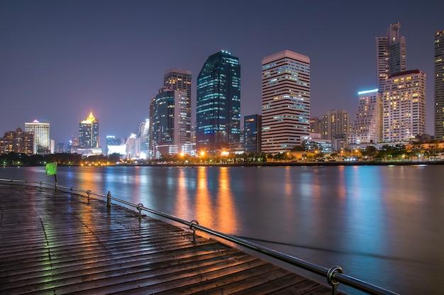 Paisagem urbana no fundo da cidade à noite Foto Premium