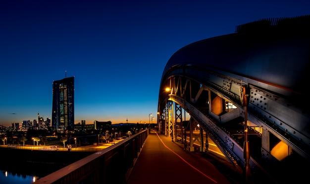 Paisagem urbana vista à noite de uma ponte Foto gratuita