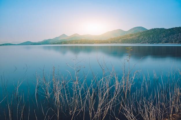 Paisagens rio lago vista montanha na manhã Foto Premium