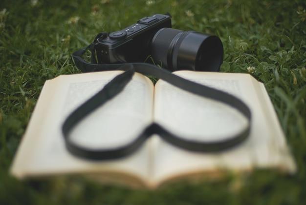 Paixão pela fotografia e leitura Foto gratuita
