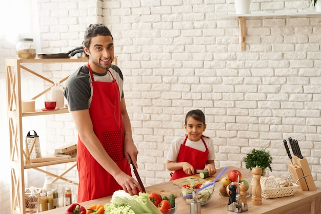 Paizinho com veggies da estaca da filha na cozinha. Foto Premium