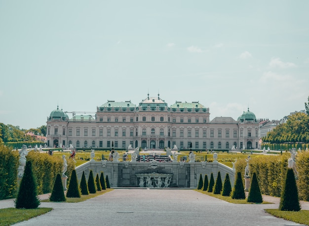 Palácio branco com grande jardim Foto gratuita