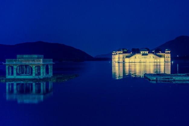 Palácio da água de jal mahal no lago sager do homem na índia de jaipur rajasthan. Foto Premium