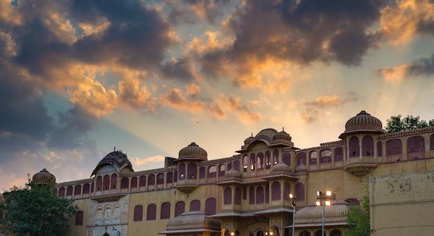 Palácio da cidade em jaipur, capital do rajastão, índia. detalhes arquitectónicos com o céu dramático cénico no por do sol. Foto Premium