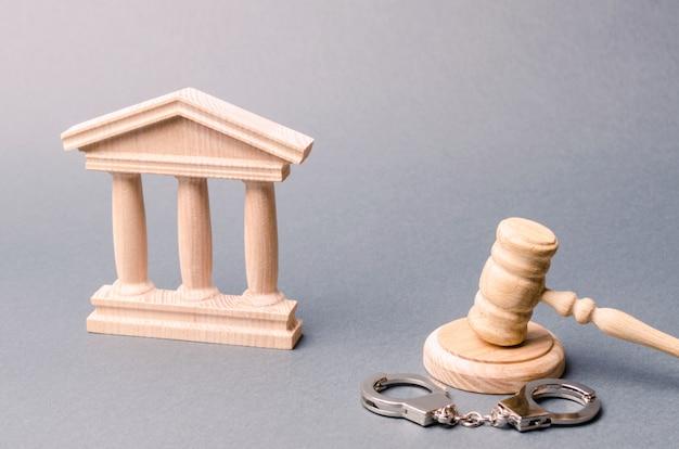 Palácio da justiça e algemas. o conceito do tribunal. veredictos em processos criminais. justiça. Foto Premium
