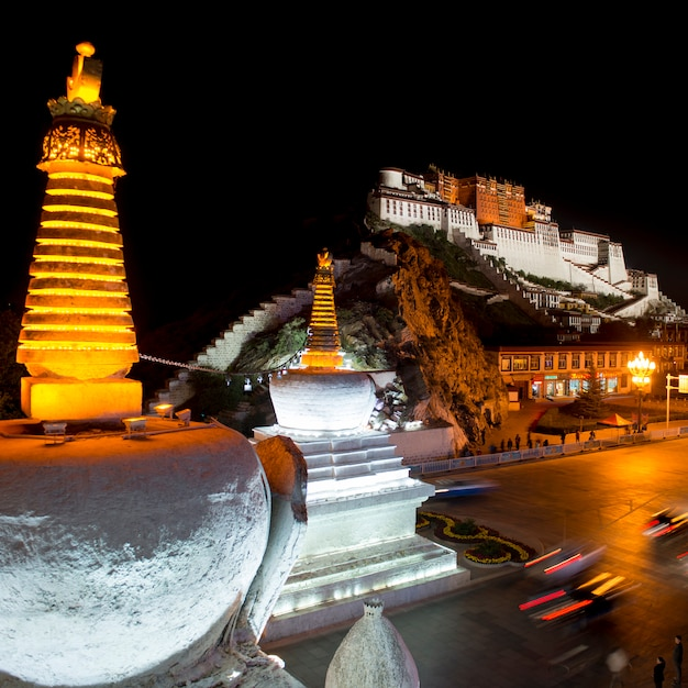 Palácio de potala à noite, lhasa, tibete, china Foto Premium