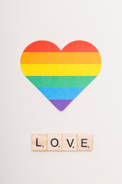 Palavra amor em cubos de madeira e coração lgbt Foto gratuita