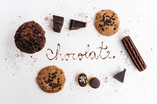 Palavra chocolate entre cookies diferentes Foto gratuita