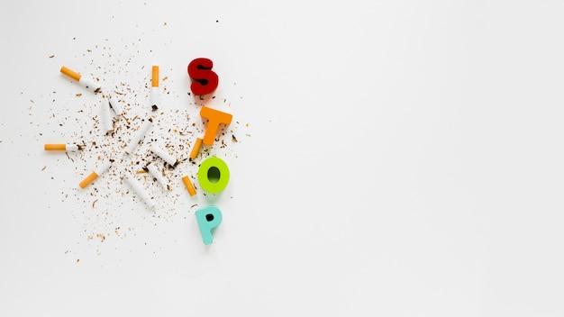 Palavra colorida de vista superior com cigarros Foto gratuita