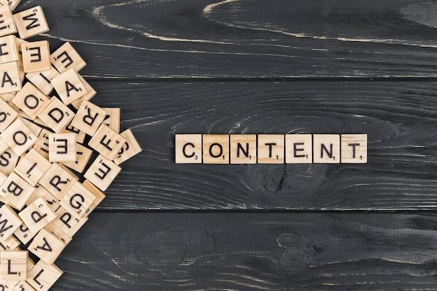 Palavra de conteúdo em fundo de madeira Foto gratuita