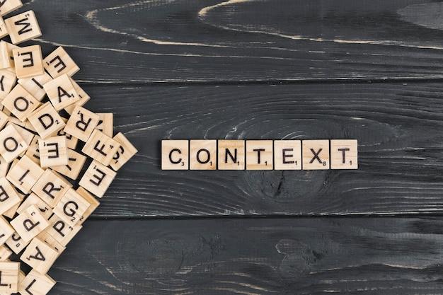 Palavra de contexto em fundo de madeira Foto gratuita