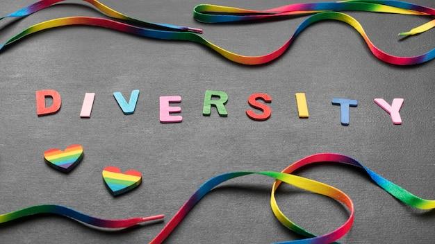 Palavra de diversidade colorida com cadarço arco-íris Foto gratuita