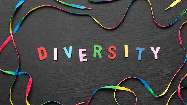 Palavra de diversidade colorida de vista superior com cadarço arco-íris Foto gratuita