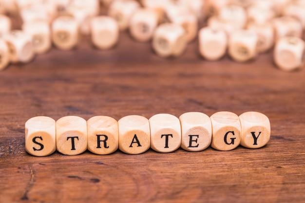 Palavra de estratégia em cubos de madeira Foto gratuita