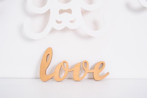 Palavra de madeira amor em branco no studio Foto Premium