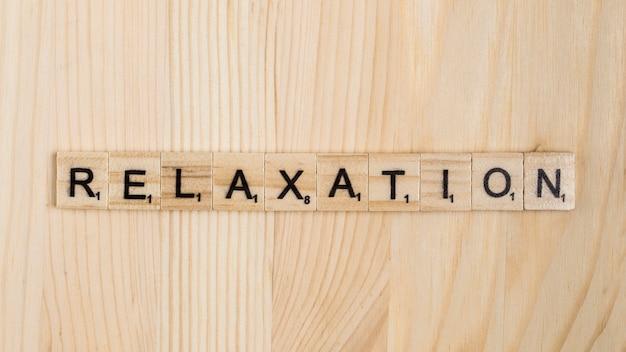Palavra de relaxamento em telhas de madeira Foto gratuita