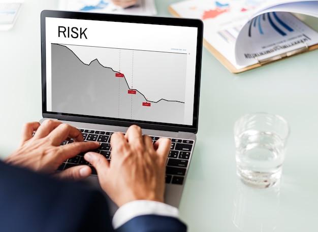 Palavra de risco de investimento financeiro de gráfico Foto gratuita