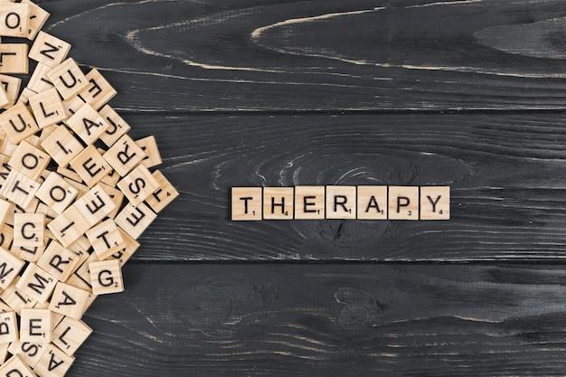 Palavra de terapia em fundo de madeira Foto gratuita