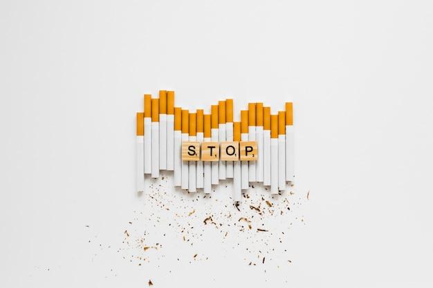 Palavra de vista superior com cigarros Foto gratuita