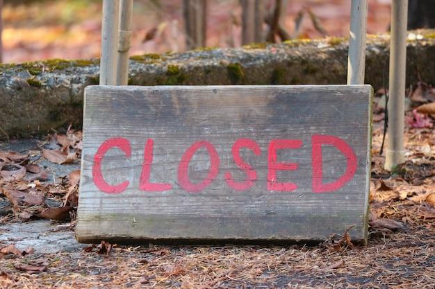 Palavra fechada da letra na placa de madeira idosa no assoalho. Foto Premium
