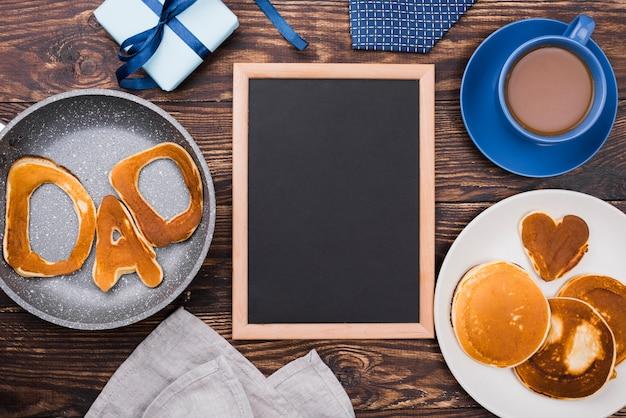 Palavra pai escrita em pães de pão e moldura de espaço de cópia Foto gratuita
