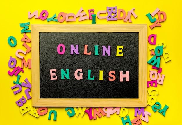 Palavra que aprende inglês feito com letras de madeira sobre a placa de madeira Foto Premium