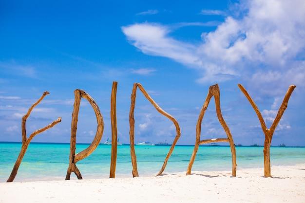 Palavra sexta-feira feita de madeira no mar de turquesa de fundo ilha de boracay Foto Premium