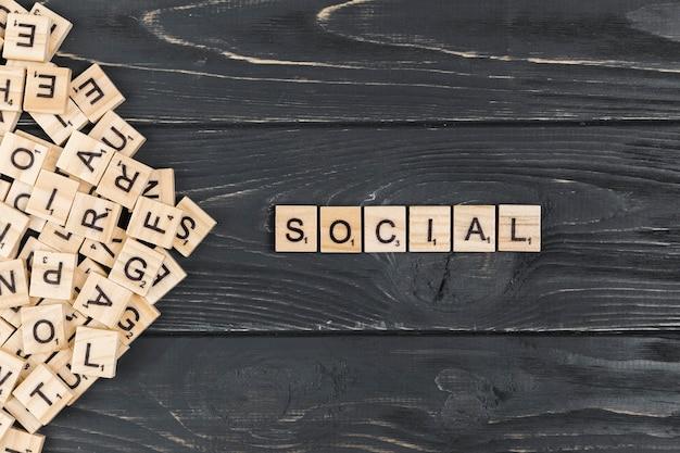 Palavra social no fundo de madeira Foto gratuita