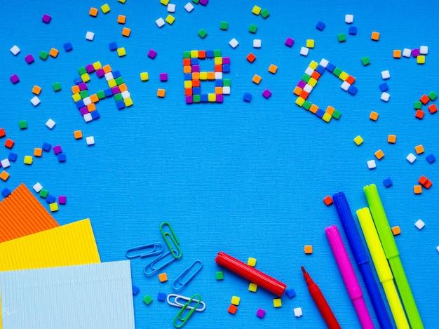Palavras coloridas de abc mostradas no quadro Foto Premium