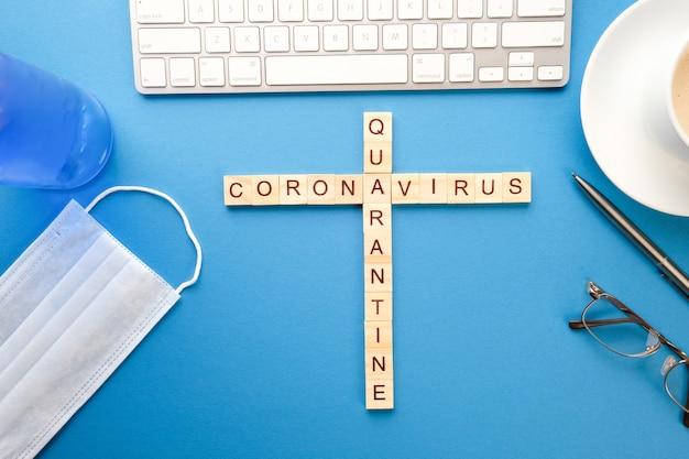 Palavras cruzadas médicas, máscara de gel antibacteriano em cima da mesa. conceito de quarentena pandêmica Foto Premium