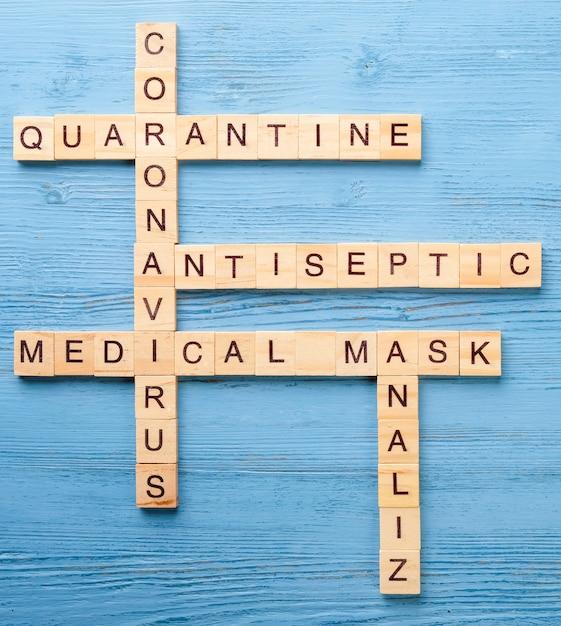 Palavras cruzadas médicas sobre uma mesa azul. Foto Premium